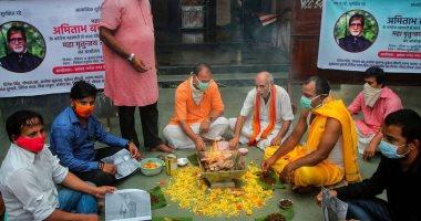 صور.. جمهور أميتاب باتشان يتلو الصلوات لشفاء الأسطورة الهندية