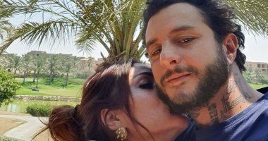قبلة وحضن.. أحمد الفيشاوي وزوجته في وصلة حب بعطلتهما الصيفية.. صور