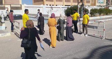 متطوعون من أبناء مدينة بئر العبد يقدمون خدمات التنظيم والتعقيم لطلبة الثانوية العامة