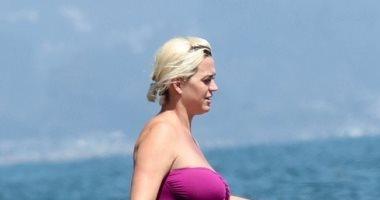 أحدث ظهور للنجمة كاتى بيرى وهى حامل وخطيبها على شاطئ البحر.. صور