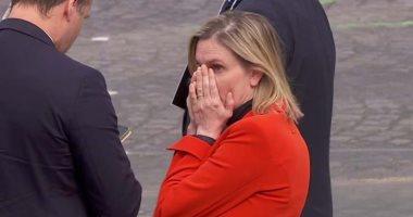 فيديو.. رد فعل غريب لوزيرة فرنسية بعد نسيانها إرتداء الكمامة