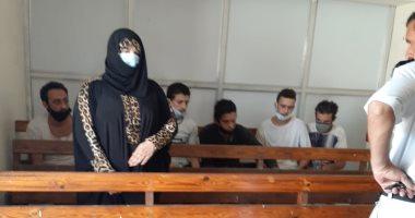 الممثلة عبير بيبرس المتهمة بقتل زوجها تظهر بالكمامة بجلسة تجديد حبسها