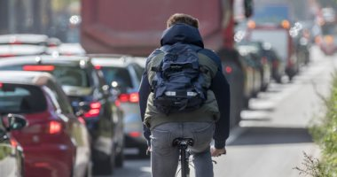 بالدراجة.. طالب يقطع مسافة 3500 كم من اسكتلندا إلى اليونان لرؤية والديه بسبب حظر كورونا