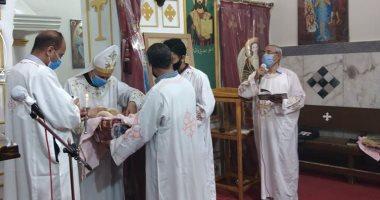صور.. كنيسة العذراء مريم بالمريس غرب الأقصر تقيم القداس الإلهى بإجراءات وقائية