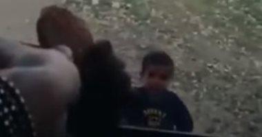فيديو يثير غضب السوشيال.. مذيع إسرائيلى يعامل أطفال فلسطين كالحيوانات