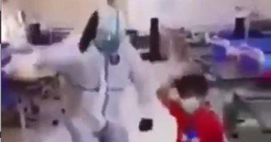 ممرض عراقى يشارك طفل فرحته بالرقص بعد شفائه من فيروس كورونا.. فيديو