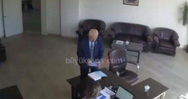 أعوانك خانوك يا أردوغان.. رئيس بلدية تركية يمزق صور الديكتاتور (فيديو)