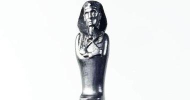 """النحت على سن القلم.. """"إبراهيم"""" يحول الأقلام الرصاص لتماثيل فرعونية.. صور"""