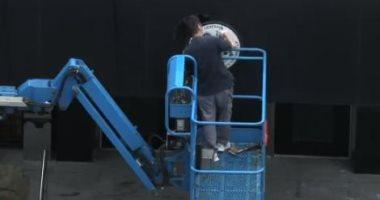 عمال صينيون يزيلون شارة امريكا من أعلى قنصليتها فى تشنغدو.. فيديو