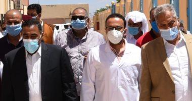 محافظ مطروح يهدى أطباء مستشفى النجيلة درع المحافظة لجهودهم فى واجهة كورونا