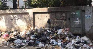 تراكم القمامة بجوار سور الوحدة الصحية بقرية بشتيل فى الجيزة.. صور