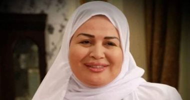 إلهام شاهين تهنئ جمهورها بعيد الأضحى بحجاب أبيض وعباءة
