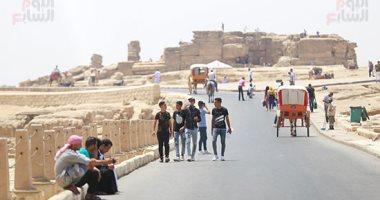 شاهد.. إقبال الزوار على منطقة الأهرامات فى أول أيام عيد الأضحى