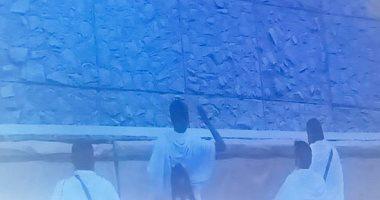 حجاج بيت الله الحرام يشرعون فى رمى الجمرات بأول أيام التشريق