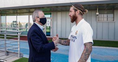 رئيس ريال مدريد يحفز نجوم الفريق قبل مواجهة مان سيتى بدورى الأبطال.. صور