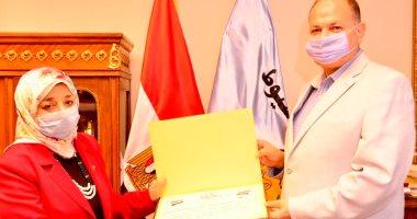 محافظ أسيوط يكرم وكيل وزارة التضامن الاجتماعى لبلوغها السن القانونية للمعاش