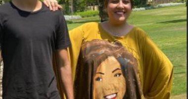 """مي كساب تحتفل بعيد الأضحى بـ """"عباية صفراء"""" عليها صورتها"""