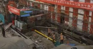 الصين تنقل مبنى أثرى عمره 100 عام من مكانه لحمايته من الفيضانات.. فيديو
