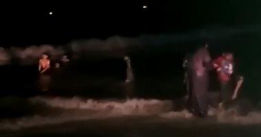 شاهد لحظة تسلل المصطافين إلى شواطئ الإسكندرية رغم قرارات الغلق