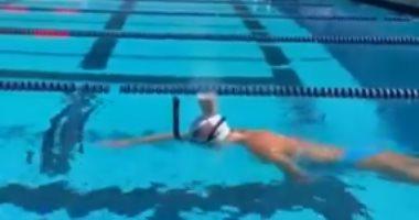 سباحة أولمبية تعبر حمام السباحة بكوب لبن على رأسها دون اسقاطه.. فيديو