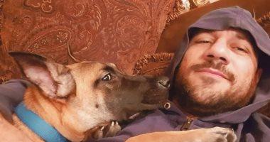 واخده بالحضن.. أحمد مكى يخطف الأنظار بصورة جديدة مع كلبه البلدى