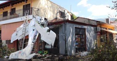 فيديو.. اصطدام طائرة صغيرة بمنزل سكنى فى اليونان ونجاة الطيار