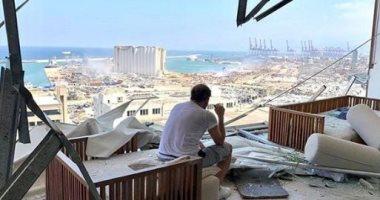 عادل كرم يجلس على أنقاض منزله بعد انفجار بيروت: يا ضيعان العمر.. صور