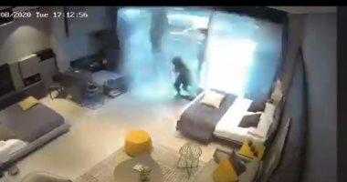 فيديو مرعب.. سيدة تطير عدة أمتار فى منزلها بسبب الموجة العنيفة لتفجير بيروت