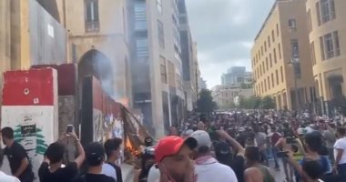 """انفجار اللبنانيين فى مظاهرات """"يوم الحساب"""" .. والغاز المسيل للدموع يملأ سماء بيروت"""