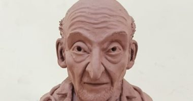 """""""محمود"""" من سوهاج يشارك بتماثيل من أعماله فى فن النحت لطبيب الغلابة"""