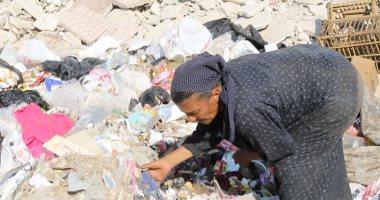 """""""عزة"""" تكسب قوت يومها من القمامة وتؤكد: تعبت ونفسي حد يحس بحياتى"""