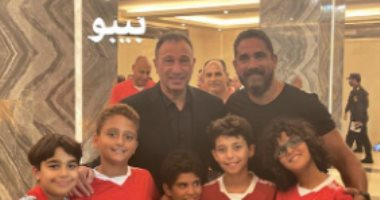 أمير كرارة يحتفل بفوز الأهلى على إنبى بصورة مع الخطيب