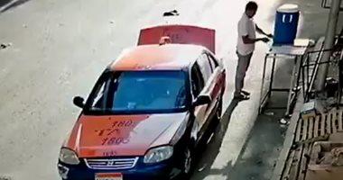 """كاميرات مراقبة ترصد سائق تاكسى يسرق كولمن مياه """"سبيل لله"""" بشوارع الغردقة.. فيديو"""