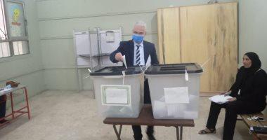 نائب رئيس جامعة طنطا يدلى بصوته فى انتخابات مجلس الشيوخ.. صور