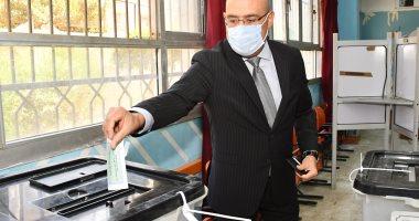 وزير الإسكان: المشاركة فى الانتخابات واجب والمجالس النيابية تعبر عن المواطن