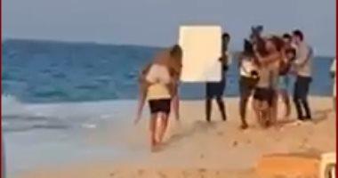 عمرو دياب يحمل دينا الشربينى خلال تصوير أغنيته الجديدة أماكن السهر.. فيديو