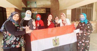 بعلامة النصر.. إقبال كبير للمرأة على لجان انتخابات الشيوخ بالشرقية.. صور