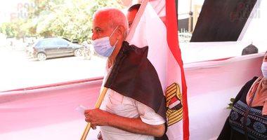 مسن يرتدي علم مصر بانتخابات الشيوخ