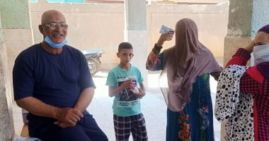 توزيع الكمامات على الناخبين.. والشرطة تساعد كبار السن ببنى سويف (صور)