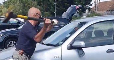 """""""بين الحياة والموت"""".. بريطانى يهشم زجاج سيارة لإنقاذ كلب.. فيديو"""