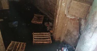 سيبها علينا.. سكان شارع الجامع بالمنيب يشكون غرقهم فى مياه الصرف الصحى