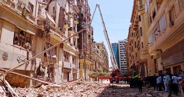 انهيار عقار فى شارع قصر النيل ومحافظ القاهرة ينتقل لموقع الانهيار.. فيديو وصور