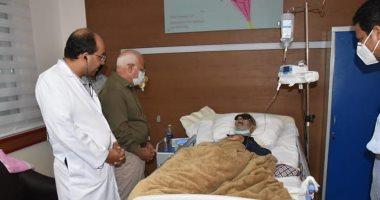 محافظ بورسعيد يزور قائد المقاومة الشعبية بحرب 56 فى المستشفى للاطمئنان عليه