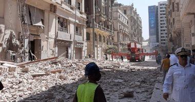 انهيار عقار فى شارع قصر النيل ومحافظ القاهرة ينتقل لموقع الانهيار.. صور