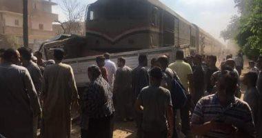 تعطل حركة القطارات بالمنوفية عقب الاصطدام بسيارة نقل.. صور