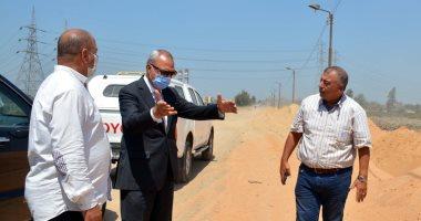 محافظ القليوبية يتابع تطوير طريق بنها المنصورة ورفع 300 طن قمامة.. صور