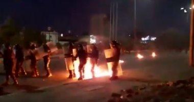 انتشار أمنى مكثف فى محيط البرلمان العراقى بالبصرة بعد محاولة إحراقه.. فيديو