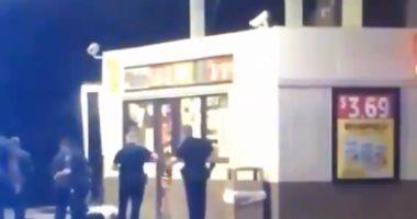 فيديو.. الشرطة الأمريكية تقتل بالرصاص رجلا أسمر البشرة خلال محاولة احتجازه