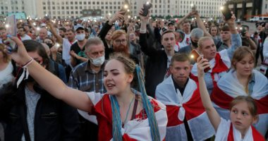 جميلات بيلاروسيا يتظاهرن بالزهور والأعلام للمطالبة بالإفراج عن المحتجزين.. ألبوم صور