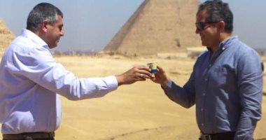 أمين منظمة السياحة العالمية: أحلى فنجان قهوة شربته فى حياتى بالأهرامات.. فيديو وصور